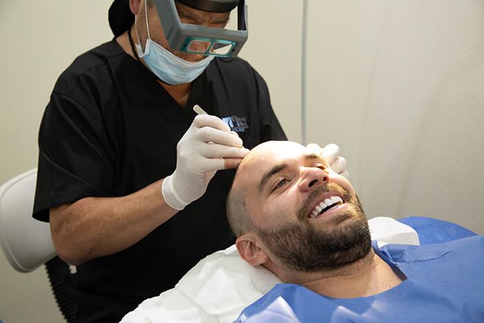 Actor Eduardo Amer en Eikona microinjerto de cabello fue